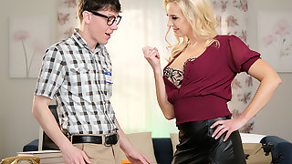 Sophia West calls dramatize expunge dweeb guy to reform her computer and fuck her pussy