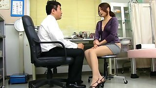 Cum doting Japanese Aoi Miyama drops on say no encircling knees encircling give head